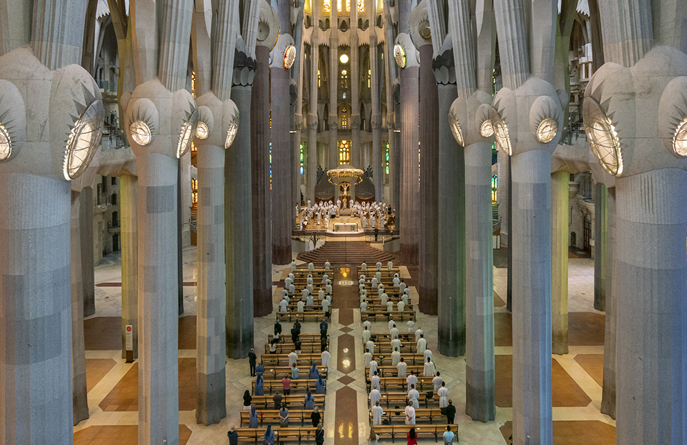 Sagrada Família moves to digital readings booklets, reducing use of paper and minimising risk of spreading virus